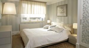 Rolety, żaluzje, zasłony… pomysłów na dekorację okna w sypialni jest wiele. Wszystko zależy od naszych upodobań i stylu w jakim chcemy urządzić wnętrze.
