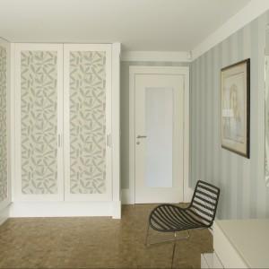 Pojemna garderoba ukryta za oryginalnym frontami stanowi element dekoracyjny sypialni. Ozdobne fronty umieszczone w białych ramach nawiązują kolorystycznie do koloru ścian. Proj.Małgorzata Borzyszkowska. Fot.Bartosz Jarosz.