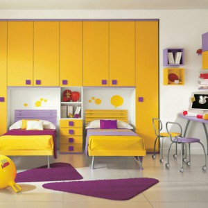 Połączenie żółci i fioletu w zestawie dla rodzeństwa. Fot. Colombini Casa.