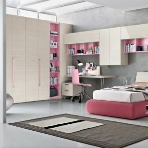 Meble w kolorze drewna i różu to pomysł do pokoju nastolatki. Fot. Tomasella.