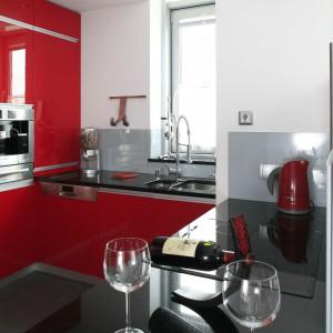 Kuchenne drobiazgi dobrano konsekwentnie – wszystkie ze stali nierdzewnej, dzięki czemu są dekoracją kuchni. Fot. Bartosz Jarosz.