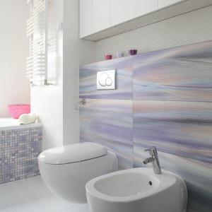 Płytki i mozaika w pięknych kolorach nadają przestrzeni łazienki oryginalny charakter Projekt: Michał Mikołajczak. Fot. Bartosz Jarosz.