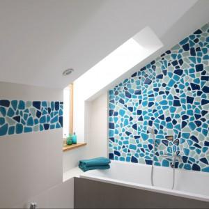 Jedna z łazienek na piętrze, z piękną turkusową mozaiką. Fot. Bartosz Jarosz.