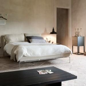 Betonowe ściany stanowią doskonałe tło dla sypialni urządzonych w minimalistycznym stylu. Na zdjęciu łóżko Moov projektu P.Lissoni. Fot.Cassina.