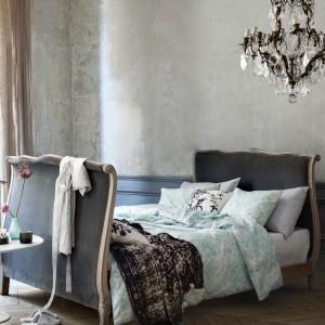 Delikatne przetarcia betonu świetnie sprawdzą się również w klasycznych, stylizowanych aranżacjach. Fot.H&M Home.