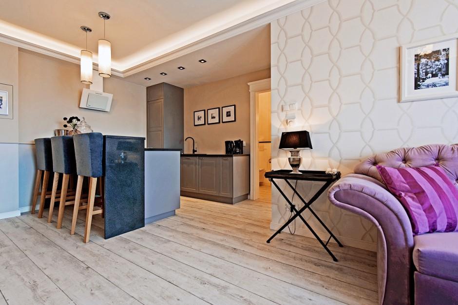 Główny salon apartamentu, który ma powierzchnię 62 m², łączy funkcje pokoju dziennego, jadalni i kuchni. Fot. Sun&Snow.
