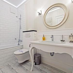 """Płytki ceramiczne zdobią tylko okolice wanny. Ułożone """"w cegiełkę"""" białe kafle przywodzą na myśl paryskie metro lub przedwojenną kamienicę. Fot. Sun&Snow."""
