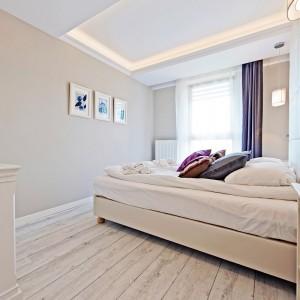 Sypialnię urządzono w łagodnych neutralnych kolorach. Fot. Sun&Snow.