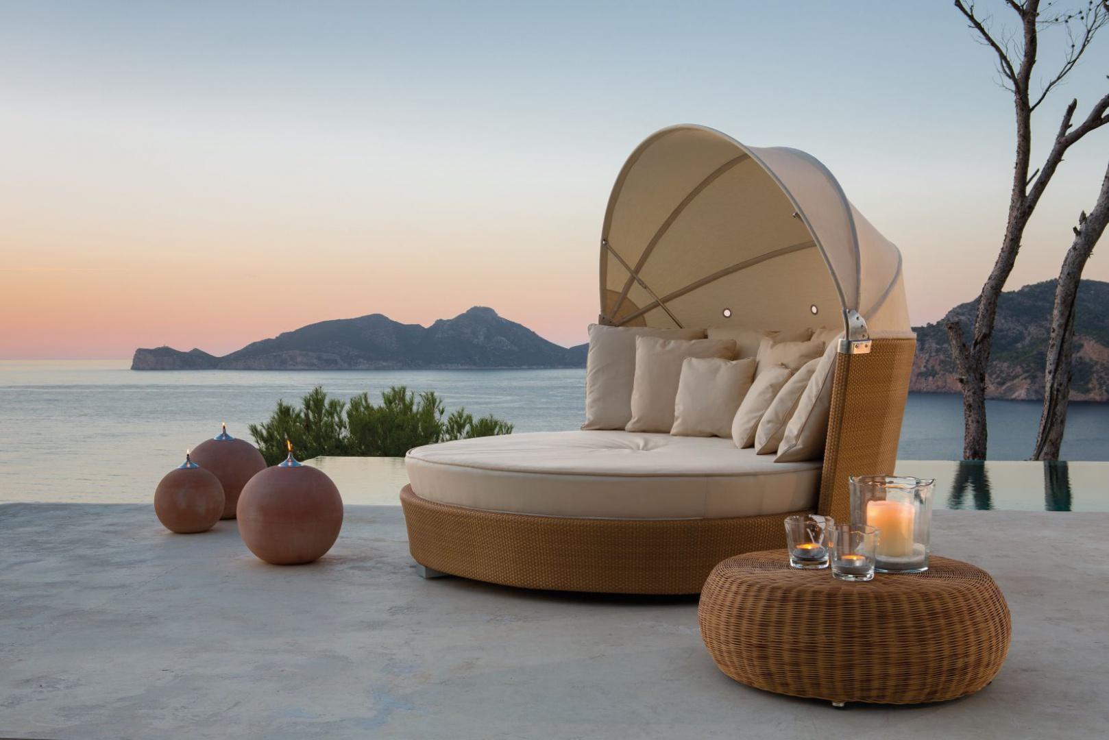 Podwójne okrągłe łoże ogrodowe Romantic marki Point ze składanym daszkiem. Fot. Point.
