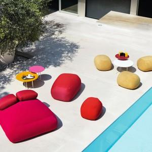 Zaprojektowana przez Toan Nguyen podwójna leżanka Pebble Large Ottoman marki Varaschin dostępna w szerokiej gamie kolorystycznej. Fot. Varaschin.