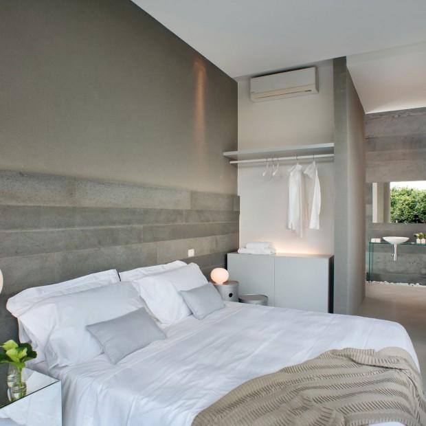 Pomysł na ścianę w sypialni: efekt betonu