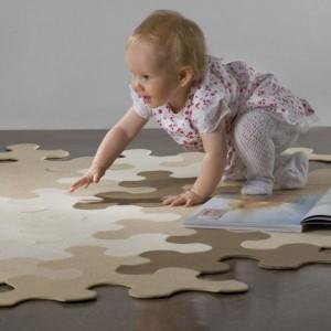 Dywan w formie puzzli umożliwia kreowanie jego kształtu przez dziecko. fot. Home Carpet Reviews.