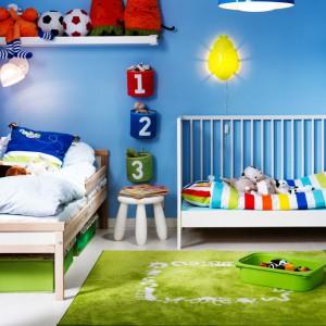 Zielony dywan w białe wzory sprawdzi się w pokoju chłopców. Fot. JK Interior.