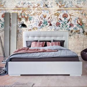 Połyskująca, chromowana lampa świetnie sprawdzi się w nowoczesnych, odważnych aranżacjach. Na zdjęciu tapicerowane łóżko Livia. Fot.Dormi design / Mega meble.