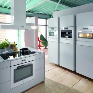 Biała kuchnia ciągle modna. Wybierz do niej sprzęt AGD