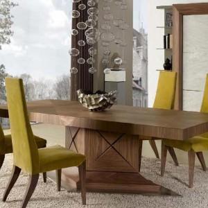 Elegancki stół w klasycznym stylu z kolekcji Eros. Fot. Mobil Frenso.