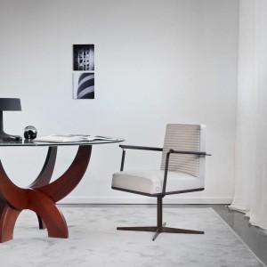 Oryginalny stół ze szklanym blatem doraźnie może służyć jako miejsce do pracy. Fot. Busnelli.