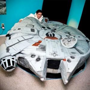 Łóżko w kształcie Sokoła Millenium. Propozycja zwłaszcza dla miłośników Hana Solo.