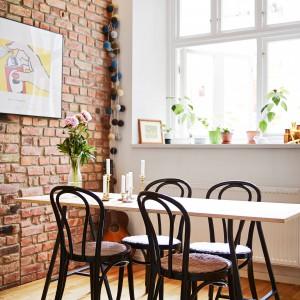 Jadalnia z krzesłami w stylu retro. Fot. Stadshem.