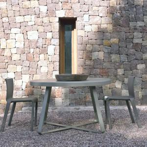 Krzesła i stół z kolekcji Basic Skin marki Gandiablasco w modnym, szarym kolorze. Fot. Gandiablasco.