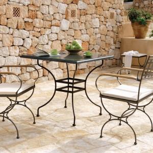 Krzesła i stół z kolekcji Versailles marki Manutti wykonane zostały z czarnego kutego żeliwa. Fot. Manutti.