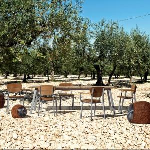 Stół i krzesła z kolekcji InOut marki Gervasoni wykonane z aluminium i teaku. Fot. Gervasoni.