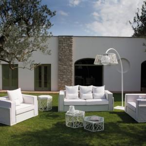 Stylowe meble ogrodowe o salonowym charakterze z kolekcji Spider marki Talenti. wykonane z rattanu z ciekawym motywem pajęczej sieci dostępne są w białym i czarnym wybarwieniu. Fot. Talenti.