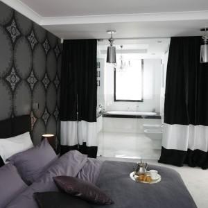 Część łazienkową możemy oddzielić od sypialni za pomocą zasłon, które stworzą dwie, niezależne przestrzenie. Proj.Magdalena Smyk. Fot. Bartosz Jarosz.