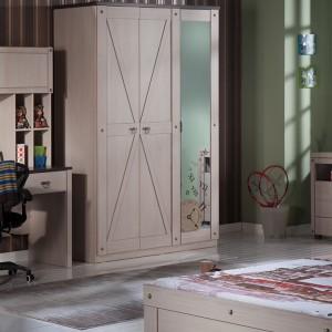 Jedynym ciemnym meblem jest krzesło obrotowe, harmonizujące z brązową tapetą. Fot. Istikbal.