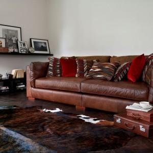 Klasycznej skórzanej sofie, odpornej na wilgoć, nie straszne jest rozlane piwo czy cola. Fot. Furniture Village.