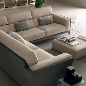 Beżowa sofa narożna przeznaczona jest dla 4-5 kibiców. Fot. Colombini Casa.