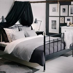 Czarno-białe zdjęcia dopełniają spokojną aranżację sypialni. Grafiki umieszczone w białym, szerokim passe-partout wyglądają lekko na tle grafitowej ściany. Fot.Ikea.