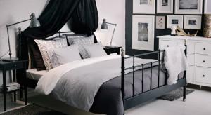 Kute oraz metalowe łóżka stanowią ciekawą alternatywę dla standardowych tapicerowanych i drewnianych łóżek. Ozdobne ramy wprowadzają do sypialni odrobinę romantyczności i dodają wnętrzu charakteru.