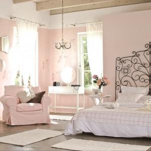 Wysoki, dekoracyjny zagłówek jest mocnym akcentem we wnętrzu. Romantyczne detale zostały podkreślone dzięki czarnej ramie, która kontrastuje z delikatną różową ścianą. Fot.Beckers.