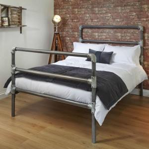 Oszczędna, surowa propozycja metalowego łóżka świetnie sprawdzi się w industrialnych aranżacjach. Fot.Wrought Iron & Brass Bed Co.
