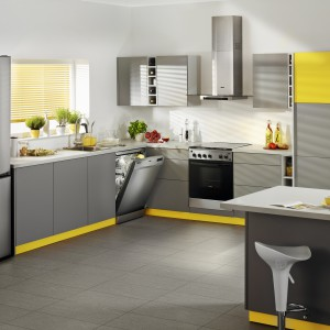 Szarą, nowoczesną kuchnię ożywiają elementy w żółtym kolorze. Idealnym uzupełnieniem całości są sprzęty AGD marki Zanussi. Wszystkie w szarej kolorystyce i o nowoczesnej formie. Fot. Zanussi.