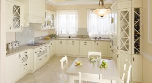 Otwarta na salon kuchnia zachwyca elegancją. Jest jasna, przestronna i funkcjonalna. Powstała z myślą o czteroosobowej rodzinie.<br /><br />