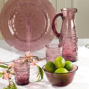 Kolorowe szklanki, miseczki, talerze i dzbanek w bakłażanowym odcieniu, dostępne na sztuki. Wykonane ze szkła tłoczonego w piękny kwiatowy wzór. Można bezpiecznie myć w zmywarce . Fot. Villa Italia.