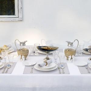 Stylowa porcelana i inspirowane daleką Indonezją dekoracje stołu od Zara Home. Fot. Zara Home.