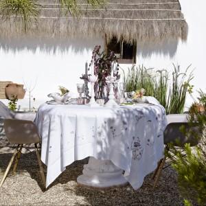 Utrzymane w świeżej, czystej kolorystyce obrusy, lampiony i naczynia z letniej kolekcji marki Zara Home. Fot. Zara Home.