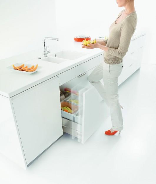 SERVO-DRIVE uno – lekkie naciśnięcie stopą, biodrem lub kolanem frontu wystarczy, by wysunąć szufladą z sortownikami śmieci. Fot. Blum.