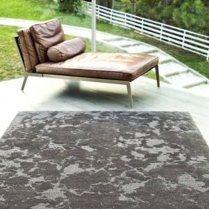 Inspirowany naturą dywan George marki Blended Silk o kolorze i strukturze ziemi. Fot. Blended Silk.
