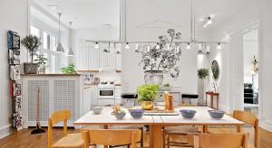 Jasne i widne mieszkanie urządzono w klimacie skandynawskim, zdużym wyczuciem stylu i miłością do tradycji. Zobaczcie, jak pięknie można mieszkać nie wkładając fortuny w aranżację!