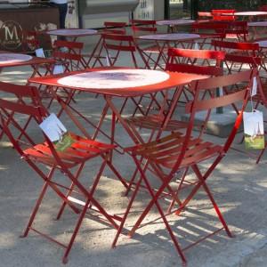 Kultowe krzesło Bistro marki Fermob w czerwonym kolorze. Fot. Fermob.