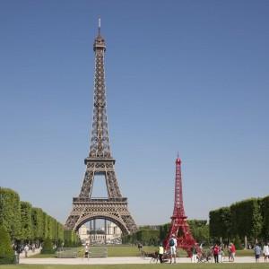 Wieża Eiffla i Wieża Bistro w Paryżu. Fot. Fermob.