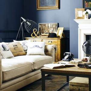 Odpowiednio dobrane dodatki, np. w kolorze złota,  potrafią przełamać zimną aranżację salonu. Fot. House of Fraser.