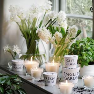 Kilka prostych świeczników wprowadzi do wnętrza niepowtarzalny klimat. Fot. The White Company.