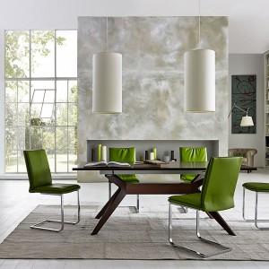 Kolekcja Leonardo to powrót producenta do drewna orzechowego, którego naturalne cechy podkreślono prostymi bryłami mebli. Najważniejszym elementem tej kolekcji jest stół, którego wygięta forma nóg kontrastuje z linearnym blatem. Do kompletu – krzesło typu cantilever. Ok. 20.000 zł/stół, ok. 3.100 zł/krzesło, Selva.