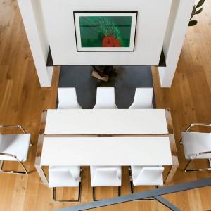 Krzesła z kolekcji Swing marki Tonon o nowoczesnej, prostej formie. Siedzisko i oparcie są tapicerowane. Płaska, stalowa rama o prostokątnej podstawie może być polerowana lub matowa. Dostępna jest wersja z podłokietnikami lub bez.