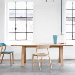 Stół Stelvio i krzesła z kolekcji Merano to nowości do firmy Ton zaprezentowane podczas targów Salone Internazionale del Mobile. Projekt: Alexa Guflera. Lekkie i funkcjonalne. Wykonane z litego drewna. Meble dostępne są już w ofercie producenta.